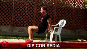 esercizio tricipiti a casa con sedia