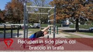 recuperi in side plank col braccio in tirata